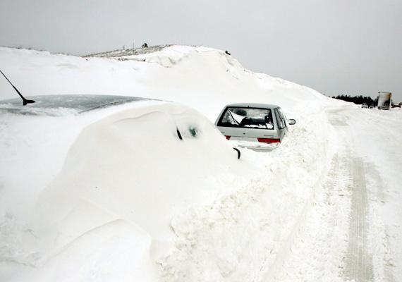 A március 15-i hosszú hétvégén Európa-szerte, így Magyarországon is megbénította a közlekedést az erőteljes havazás. A nagy mennyiségű hó településeket zárt el, és veszteglő autókat temetett be az utakon.
