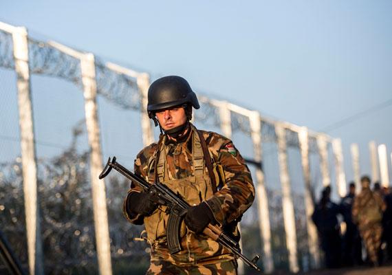 Hende Csaba múlt heti lemondása után rengeteg katona indult a határra. Sokan a kerítést építik, de ez a katona gépfegyverrel járőrözik.