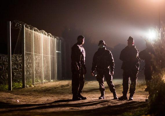 Éjjel buszokkal vitték el a menekülteket a röszkei gyűjtőpontról. Tegnap a rendőrség szerint ötezernél is többen jöttek be az országba, ma pedig még több menekültre számítanak.
