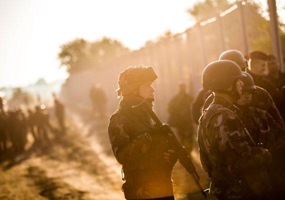 Afganisztánban vagy hadgyakorlatokon lehetett ilyen fotókat látni magyar katonákról a közelmúltban. Ez a kép a Horgos-Szeged vasútvonal mellett készült.