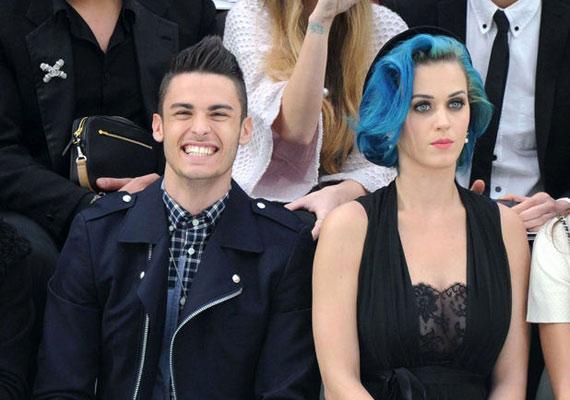 Baptiste szemmel láthatóan jól érzi magát Katy társaságában.