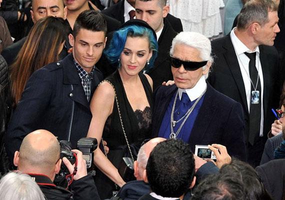 Londonban még Karl Lagerfelddel együtt pózoltak a fotósoknak, és állították, hogy csak barátok.