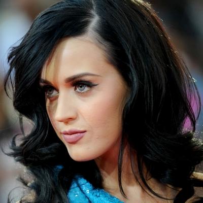 A legtöbbször azonban mégis fekete hajjal mutatkozik.
