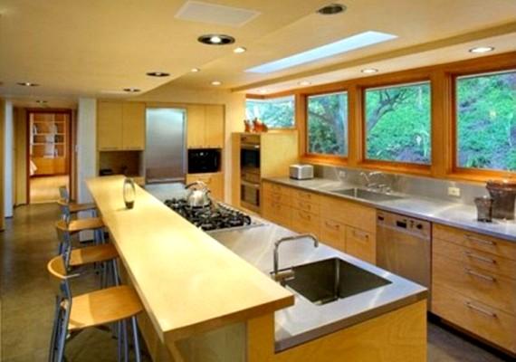 Az épület étkezővel egybekötött konyhája is modern stílusú.