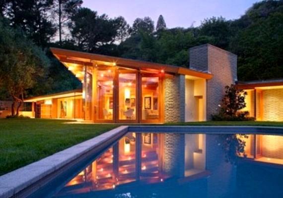 Az egyik ház modern stílusú, hatalmas medencével a hátsó kertben.