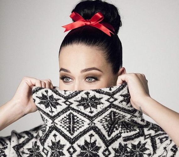 Katy Perry az Instagramján osztotta meg az első fotót a kampányból. Az énekesnő csinos, és cuki a masni a hajában, de ilyen forróságban még nem esik jól az ünnepekre gondolni.