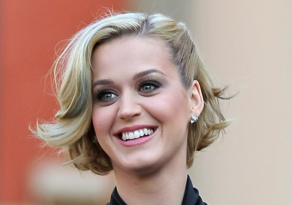 Bár az énekesnő eredetileg szőke, nem sűrűn látni így, mindig festi a haját.