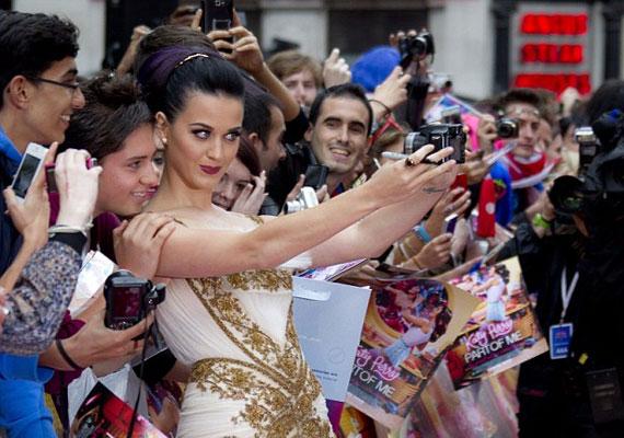 Boldogan fényképezkedett rajongóival.