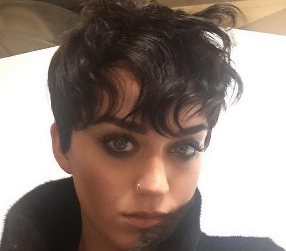 Ezt a fotót osztotta meg a harminc éves énekesnő az Instagramon új, kócos pixie-frizurájáról.