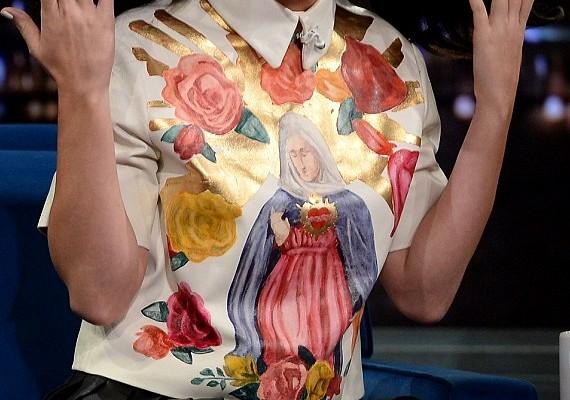 A felsőjén egy hatalmas Szűz Mária-kép díszelgett.