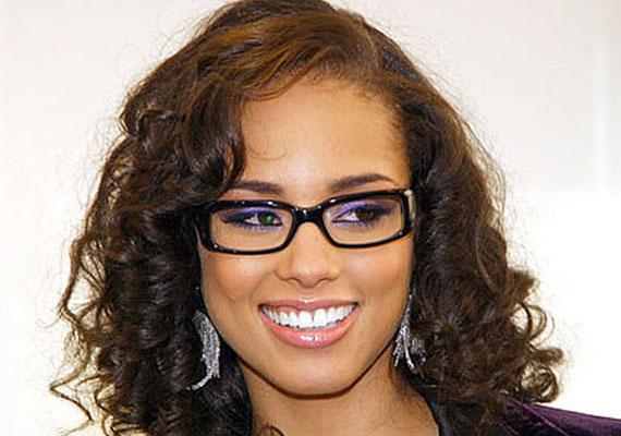 Alicia Keys élénk sminkkel hívja fel a figyelmet a szemeire - és a szemüvegére.
