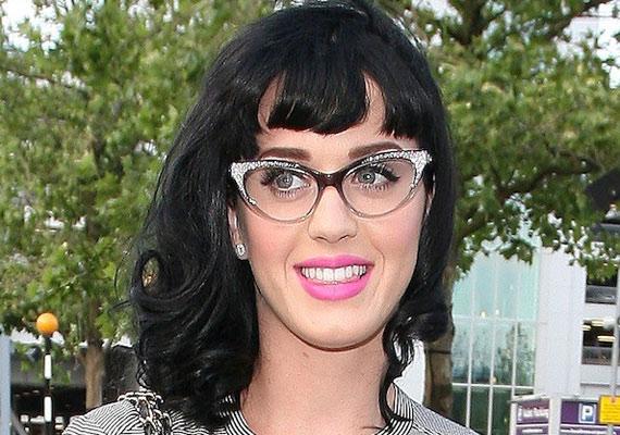 Katy Perry vintage stílusához jól illik a félhold alakú szemüveg.