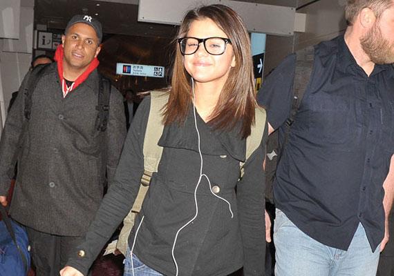 Selena Gomez pontosan tudja, hogy a szemüvegtől idősebbnek és érettebbnek tűnik.
