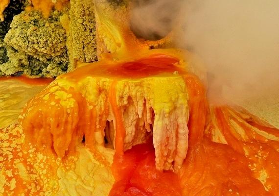 A kitörő gázokból nagy mennyiségű sárga kén csapódik le.