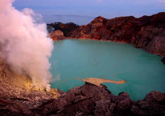 A kráterben egy 20 kilométer széles, 200 méter mély, türkizszínű kénsavtó található.