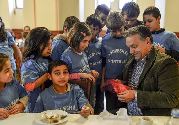 A gyerekek izgatottan adják át az ajándékukat Orbán Viktornak.