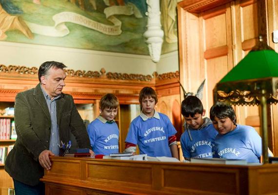 A miniszterelnök mindent megmutatott a gyerekeknek a Parlamentben.