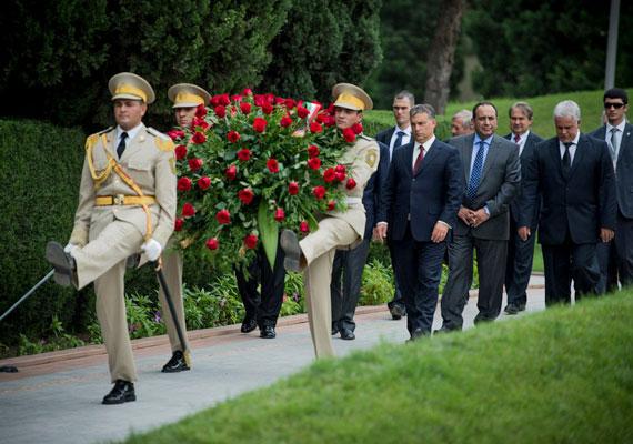 Tavaly ősszel Ilham Aliyev azerbajdzsáni elnök mindent aláírt Orbánnal, amit eléjük tettek. Egyezmények sorát és stratégiai megállapodást is szignóztak a felek, de tény, a külkereskedelmi termékforgalom a két ország közt harmada a 2012-es szintnek, de 2013-ban még szinte elenyésző partnernek számított a volt szovjet tagköztársaság e tekintetben.