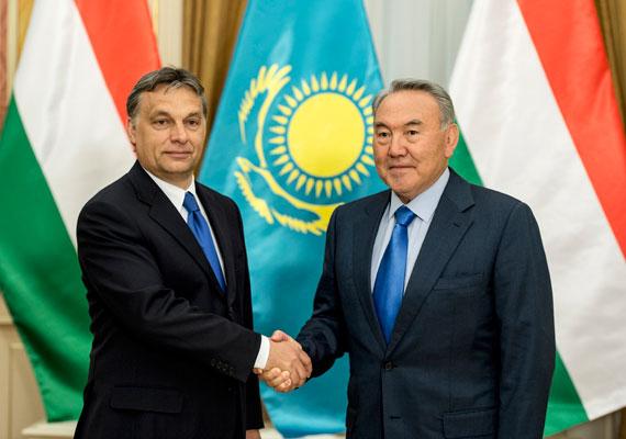 Tavaly nyáron avatták fel azt a szobrot a Városligetben, amelyet Kazahsztántól kaptunk, ám Nurszultan Nazarbajev elnök csak miniszterelnökét küldte az átadóra. Előtte tavasszal Orbán járt az ázsiai országban, ahol stratégiai együttműködést írt alá, és méltatta a keleti nyitás eredményét. Nos, az eredmények a számokban még váratnak magukra, mert az elmúlt években folyamatosan csökken a két ország közti kereskedelmi forgalom.