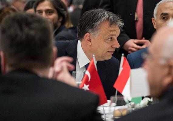 Nemrég népes török kormánydelegáció érkezett Budapestre, és valószínűleg nem csak diplomáciai kötelességtudatból. Ha a keleti nyitásnak van bármi pozitív hozadéka, akkor az a török-magyar gazdasági kapcsolatokban keresendő. A két ország közti kereskedelem ugyanis jóval intenzívebb ma, mint néhány éve. Törökország hazánk egyik legfontosabb kereskedelmi partnerévé lépett elő.