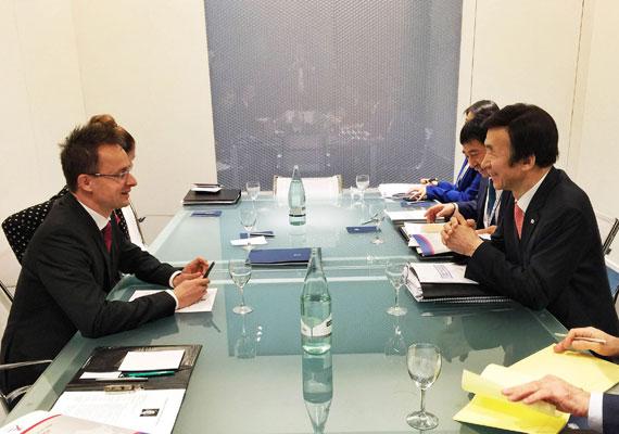 A Dél-Korea és Magyarország közti kereskedelem is csodásan bővült, amit nem habozott elmondani Szijjártó Péter, amikor Milánóban találkozott dél-koreai kollégájával. Főként két cég, a Hankook és a Samsung révén ál kapcsolatban a két ország.