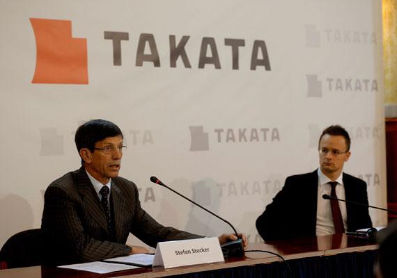 A keleti nyitás a magyar kormány gazdasági természetű törekvése, így legtöbbször ázsiai, közel-keleti cégeken keresztül valósul meg. Itt Szijjártó Péter éppen egy japán autóipari céggel ír alá.