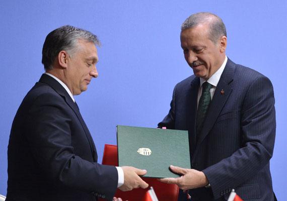 A magyar-török kereskedelmi forgalom az elmúlt években látványosan növekedett. A Törökországgal megkötött stratégiai partnerség fontosságát hangsúlyozta nemrég Szabó László államtitkár is, amikor a közmédia török tematikus napot tartott. A fotó még 2013-ban készült, amikor Recep Tayyip Erdogan és Orbán Viktor aláírták a megállapodást.
