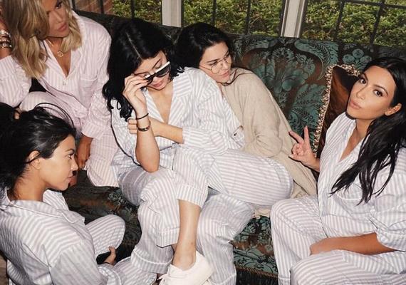 Az összes Kardashian-Jenner nővér egy fotón: mindenki ugyanolyan pizsamát viselt a bulin, csak a színek tértek el.