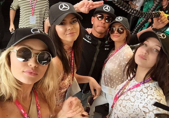 Még májusban Hamilton egy rakás modellel fotózkodott, oldalán Gigi és Bella Hadid, valamint Hailey Baldwin és Kendall Jenner láthatóak. A két szóban forgó sztár azóta is tartja a kapcsolatot.