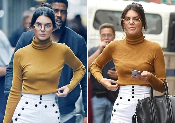 Kendall Jenner a napokban kerek szemüvegben sétálgatott az utcán. Ezeken a képeken az okulárét leszámítva nincs semmi különös, ám a következőn feltűnik valaki érdekes.