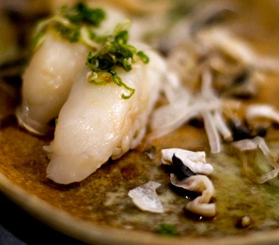 A japán fugu, vagyis gömbhal húsa igen mérgező, elkészítése komoly szaktudást igényel. Fogyasztói számára az élvezetet főként a kockázat jelenti.