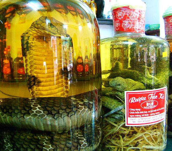 Bár nem étel, a Kínában, Dél-Koreában, Vietnamban és Délkelet-Ázsiában népszerű kígyóbor elkészítése során egész kígyókat érlelnek rizsborban.