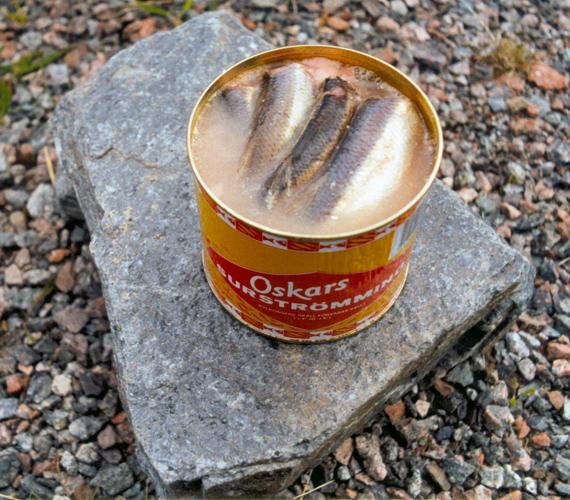 A hagyományos svéd surströmming erjesztett balti heringet takar. A furcsa csemegét konzerv formájában árulják.