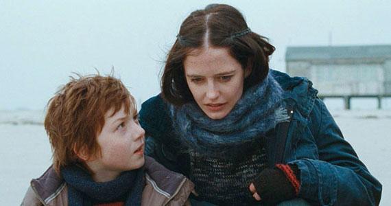 Fliegauf Benedek első angol nyelvű filmje, a Womb – Méh Rebecca és Thomas szerelmi történetéről szól. Április 7-én mutatták be hazánkban.