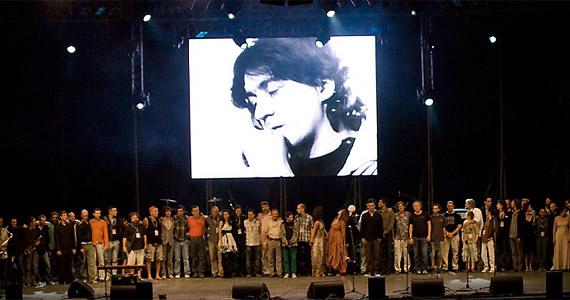A 0. napon Cseh Tamás halálának első évfordulja akalmából rendeztek emlékkoncertet. A zenei és színházi élet színe-java képviseltette magát.