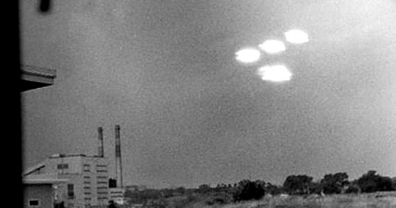 1952. július 16-án négy villogó objektum tűnt fel az amerikai Salem egén, melyeket Shel Alpert le is fotózott. Az eredetinek tűnő fotót számos helyen publikálták.