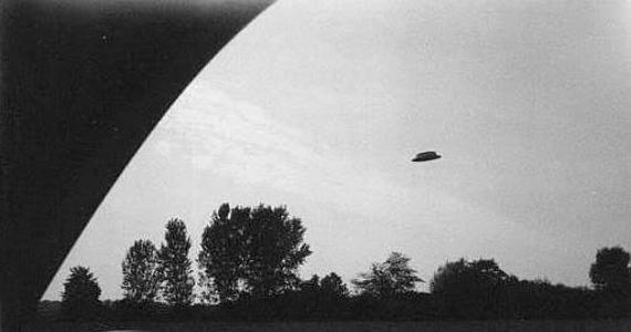 A Santa Ana-i UFO-fotót Rex Heflin készítette 1965. augusztus 3-án. A nemzeti szervek vizsgálatai alapján a fotó eredeti, és nem hamisítvány.