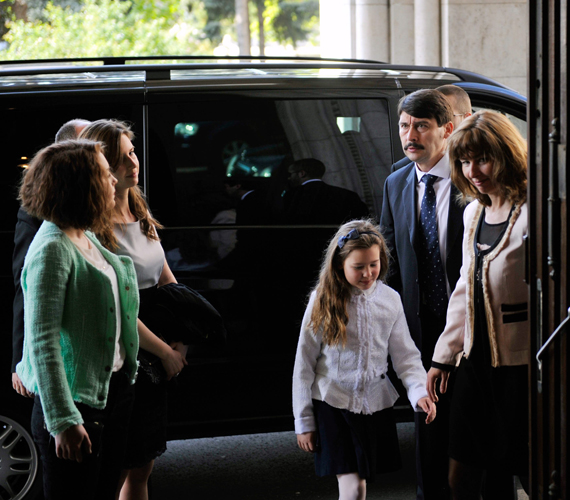Érkeznek a szavazásra, ahol kiderült, tényleg ő lesz az államfő.