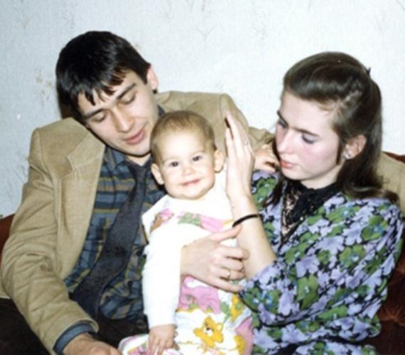 Áder bajusz nélkül, feleségével és kisgyermekükkel.