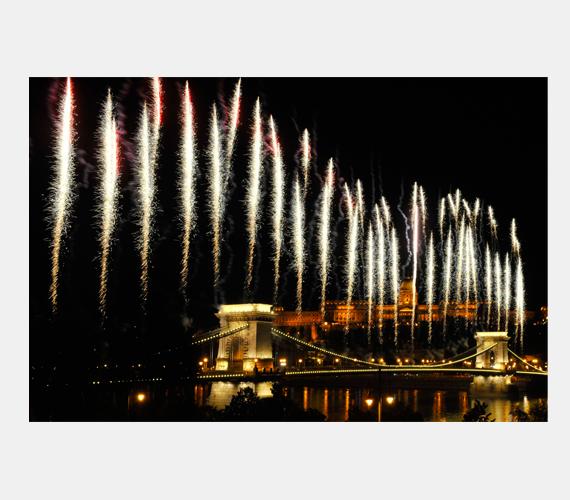 Idén 150 millió forintot költöttünk a tűzijátékra, ami este kilenckor kezdődött Budapesten.