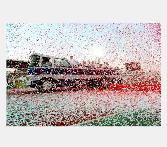 Több ezren köszöntötték a sportolókat, akik egy veterán Ikarus buszon vonultak körbe, miközben nemzeti színű konfettit szórtak rájuk.
