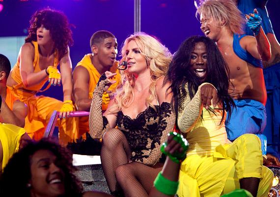 A show alatt Britney mellett tíz férfi és hat női táncos lép színpadra, tucatnyi alkalommal váltva a ruhákat, és egy óriási színes, pörgős bulit adva.