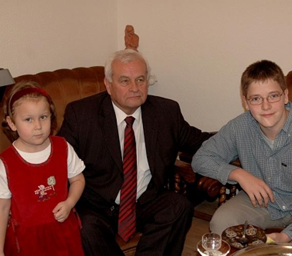 Harrach Péternek két fia van, ezen a képen unokáival látható.