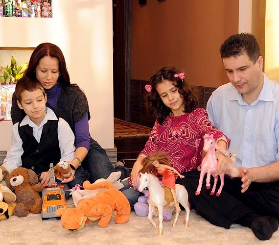 Mesterházy Attila MSZP-elnök feleségével és két gyermekével.