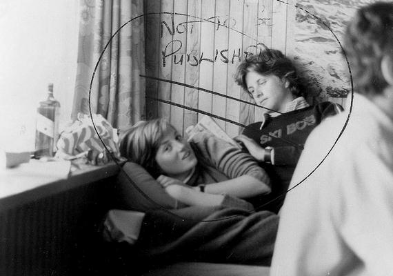 Mindössze 18 éves volt Diana, amikor ez a fotó készült. Egy síelős vakáción vett részt, valószínűleg a barátaival - a mögötte ülő fiú ismeretlen. A képet eredetileg nem szerették volna nyilvánosságra hozni, ahogyan az rá is van írva, de mégis kiszivárgott.