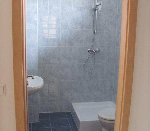 Így néz ki a zuhanyzó a kolontári házakban.