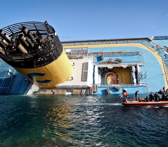 Négy úszómedence, egy sportpálya, öt étterem, egy háromszintes színház és számos szórakozóhely található a fedélzetén.