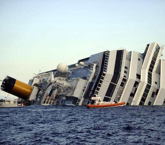 A Costa Concordia nevű olasz óceánjáró luxushajó a toscanai partok közelében fekvő Giglio-szigetnél péntek éjjel tíz óra körül beleütközött egy, a tengerfenékből kiálló sziklába, léket kapott, majd az oldalára dőlt.