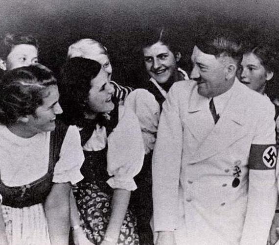 Hitlert nem sokat láthatjuk fotókon mosolyogni, a képek tanúsága szerint a gyermekek és saját támogatói körében érezte jól magát.