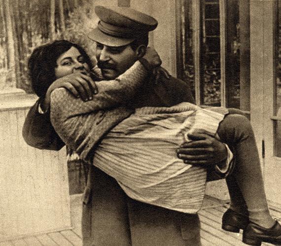 Sztálin képe minden középületben lenézett az oroszokra. Bár azokon a fotókon nem a mosolygás a fő profilja, azért tudott ő is nevetni.